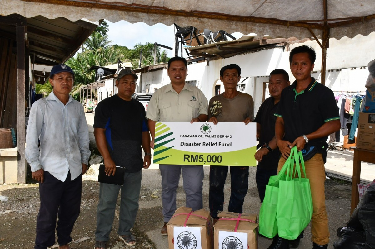Augustine Marin (third left) hands over the donation to Tuai Rumah Usek Serpong.